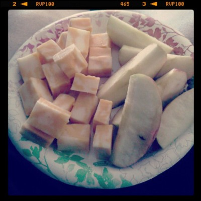 lunch time! #applesandcheese #apples #colbyjackcheese #cheesecubes #lunchtime #lunch #healthyeating #healthy #goodeats #foodporn #delicious  (at casa de Panda)