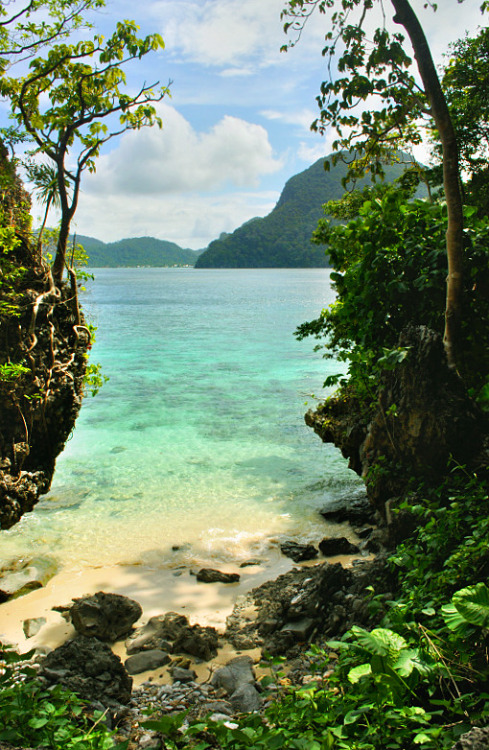 visitheworld:  A secluded cove on Cadlao Island, El Nido, Philippines (by ChrisJ).