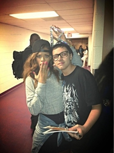 rihannasfuckinnavy:  Rihanna with Fans in DC Backstage #DWT