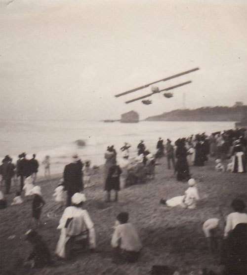 """Photo 1914 BIARRITZ - La plage, un hydravion"" (via)"