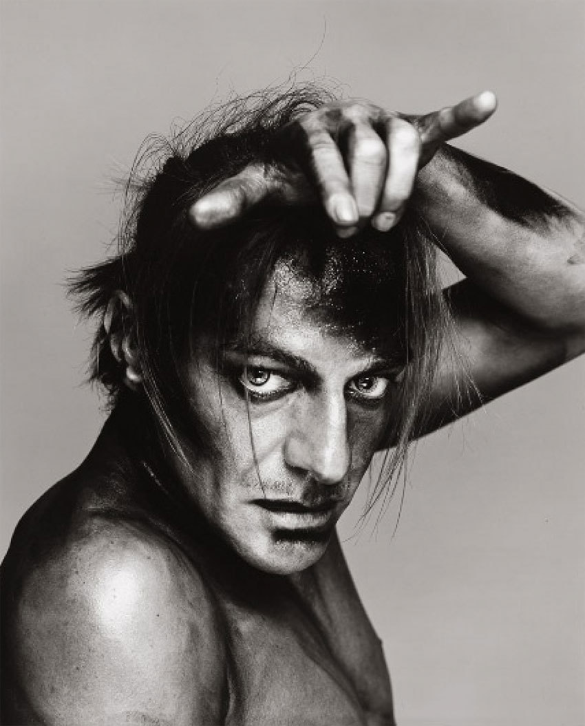 John Galliano, fotografado por Richard Avedon (1999). Foto: THE RICHARD AVEDON FOUDATION