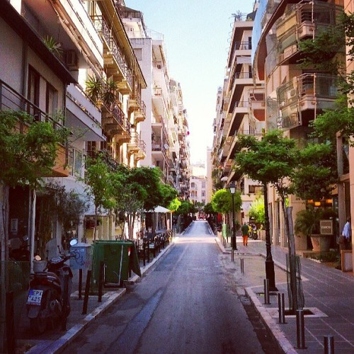 narrow street #thessaloniki #urban #greece #street #architecture #buildings #солун #грција #урбан #улица #згради #архитектура  (at Thessaloniki)