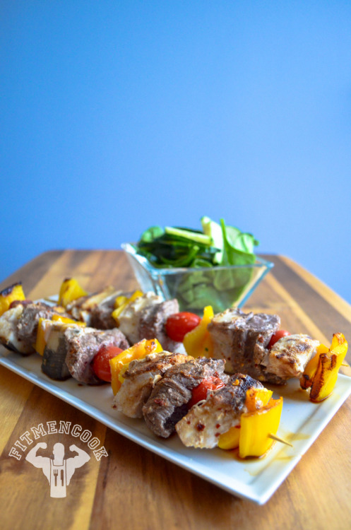 Surf and Turf Muscle Kabobs! Swordfish steak & flank steak with cherry tomatoes and yellow bell peppers, with a spinach & cucumber salad with sesame vinaigrette.  (traduccion abajo) [[MORE]] Ingredients: Swordfish steak lean flank steak bell pepper cherry tomatoes choice of greens for salad Instructions: Cut swordfish and flank steak into pieces. Season with your choice of seasonings but keep it simple.  I used ginger, garlic, cumin, pepper, red pepper. Cut bell pepper into small pieces. Assemble the kabob. Spray a skillet or George Foreman (or panini) grill with coconut oil or olive oil.  Place the kabobs in a skillet and cook.  Rotate them so all sides are cooked. Cook to desired readiness BUT make sure the swordfish steak is cooked all the way. Approx macros with 5oz swordfish, 4oz flank steak, 1 whole yellow bell pepper, 6 cherry tomatoes: 398 calories, 52g protein, 2g carbs, 15g fat  Pinchos del mar y el césped! Bistec de pez  y bistec flanco con tomates cherry y pimiento amarillo, con espinacas y ensalada de pepino con vinagreta de sésamo. Ingredientes: filete de pez espada bistec flanco magra pimiento tomates cherry elección de los verdes para ensalada Instrucciones: Cortar el pez espada y el bistec en pedazos. Sazonar con tu elección de condimentos, pero no sazonar mucho - sea sencillo. He utilizado el jengibre, el ajo, el comino, la pimienta, el pimiento rojo. Cortar el pimiento en trozos pequeños. Montar la brocheta. Rociar una sartén o una parrilla de George Foreman (o una parrilla de panini) con aceite de coco o aceite de oliva. Colocar las brochetas en una sartén y cocinar. Girarlos para todos lados se cuecen. Cocer hasta tu preferencia. Pero, asegurarse de que la carne de pez espada se cocina completamente. Macros aprox con 5oz de pez espada, 4oz de bistec flanco, 1 pimiento amarillo, 6 tomates cherry: 398 calorías, 52g de proteínas, 2g de carbohidratos, 15g de grasas