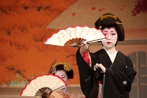 Geiko Hinagiku. Behind her is Maiko Tomitae