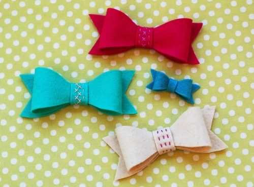 scissorsandthread:  Felt Bows | Oliver + S A friend has a daughter who loves hairbands but doesn't want to spend $10 on a new one every time they go to the shops! So she's asked me to make some for her, but honestly I've been wracking my brain because when you add the cost of the hair band and all the trimmings, it gets closer to $10! So I love this tutorial on how to mak a felt bow - so sweet on a hairband and I can make them in colours to match her different outfits. Time to get the felt box out!  so cute! i love the stitched details…
