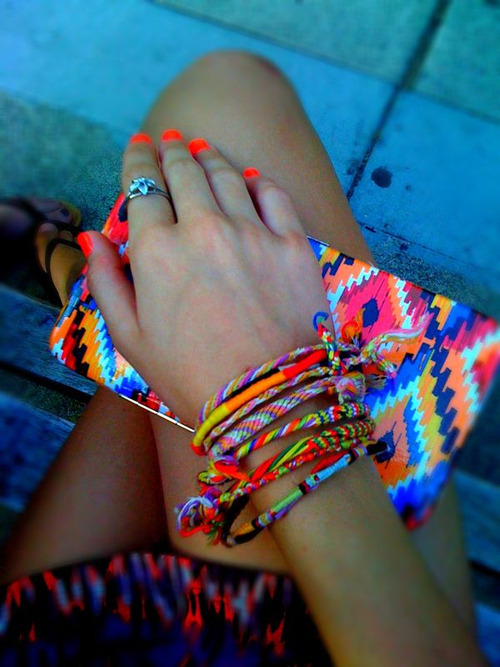 A full of colors clutch for a hippie outfit.
