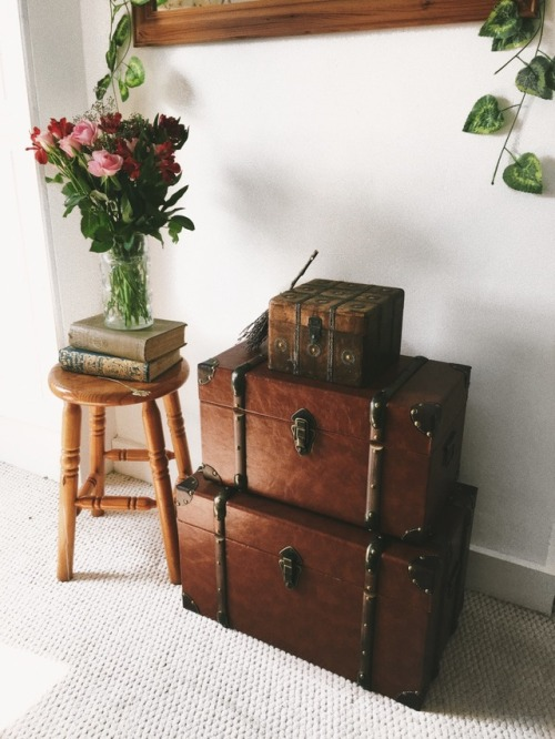 mine bedroom interior chests flowers flowerblr roses ivy witches of tumblr instagram broomstick books springblr spring