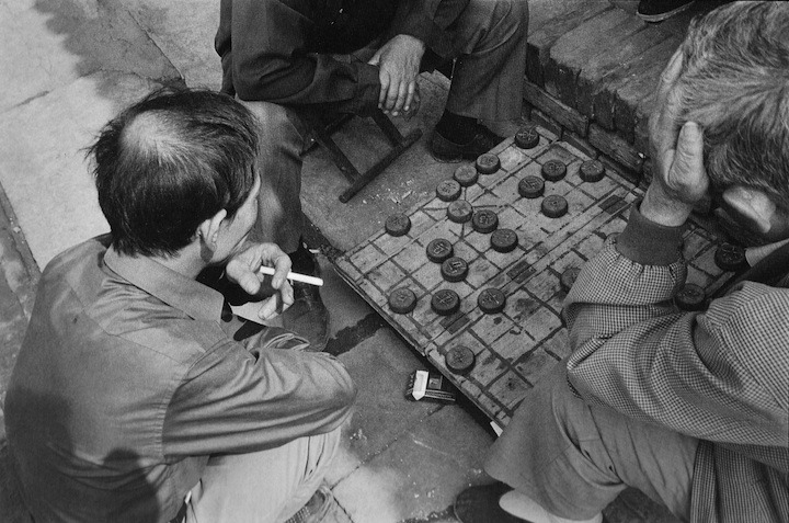 fotojournalismus:  Playing game, Ping Yao, 2005. [Credit : Danny Lyon]