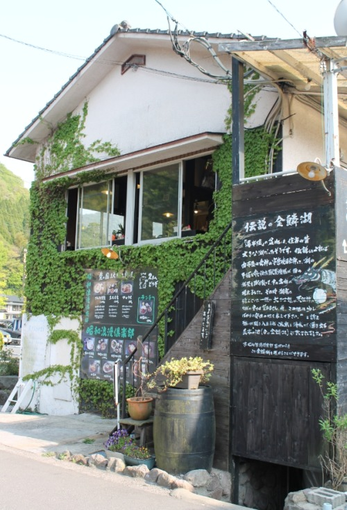 sleepyberry:  Charming cafe on the way to a lake
