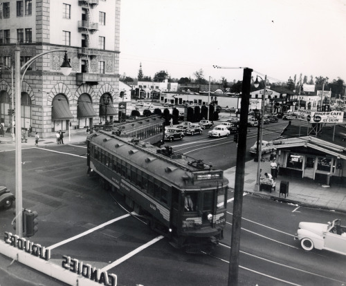 A Pacific Electric street car turns onto Colorado from Lake, on the last day of the line's operation in Pasadena, October 7, 1950.