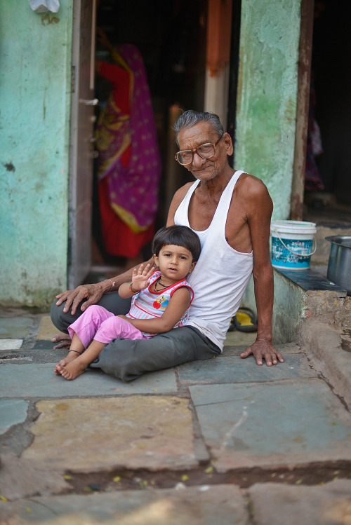 flairspotting:  People of India, January 2013. Grandfather and grandchild in Dharavi, Mumbai, the slum where Slumdog Millionaire was shot.