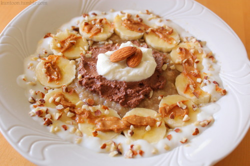 kuntoon:  yummy breakfast: mashed banana rye&oatmeal topped with banana, peanut butter, almond crush, yoghurt, homemade hazelnut-cacao-mash, quark and almonds oh yes!