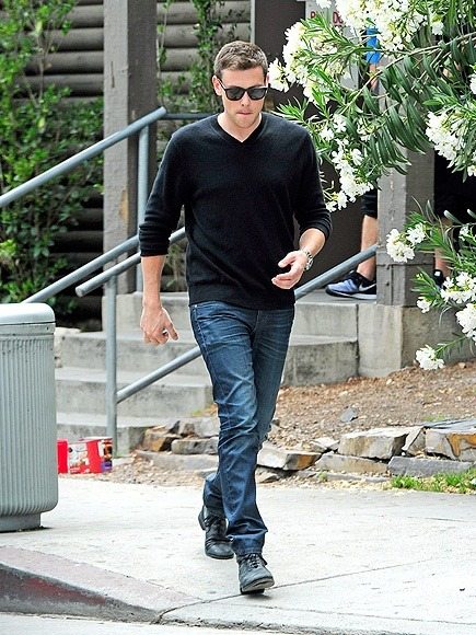 Cory Monteith looked oh-so-classy in a V-neck sweater, blue jeans and chic black wayfarer-inspired sunnies!