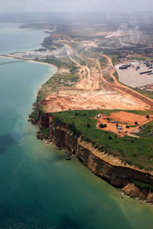kilele:  Aerial view of Luanda's shoreline, Angola Photo by Neil Walton  Whoa, anyone know what's going on there?