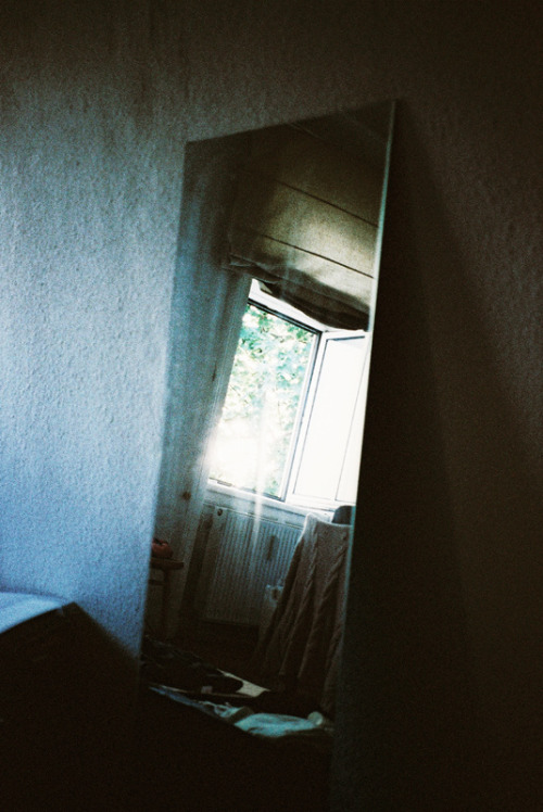 unbroken-l0ve:  its-realistic:  vacants:  (by haskii)   -SOFT GRUNGE/DISPOSABLE BLOG-