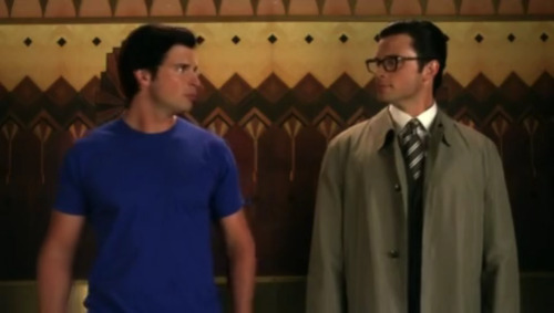 #Smallville #ClarkKent #Superman  That awkward moment when you run into yourself in the elevator.