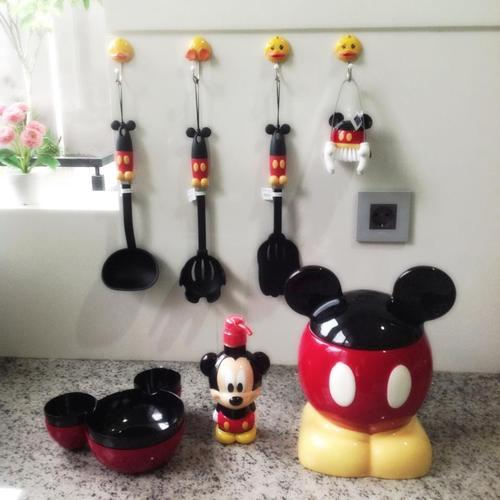 disneyismyescape:  vinylmationation:  Mickey Ktichen Set   i just asked my mum to get me this and she rolled her eyes