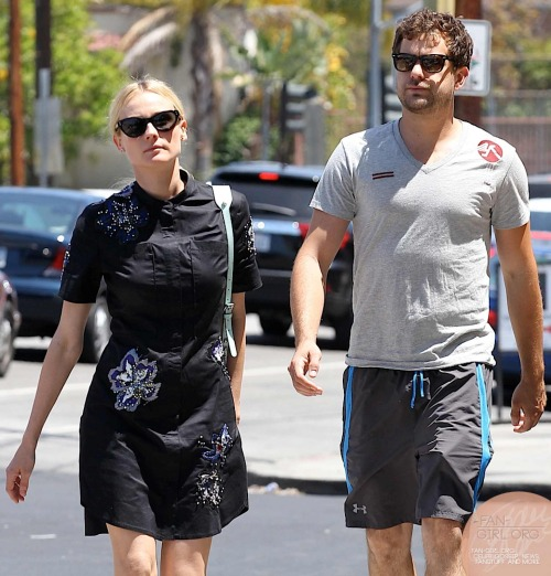 fan-girlblog:  Diane Kruger and Joshua Jackson get breakfast at los feliz more at http://fan-girl.org/?p=1409