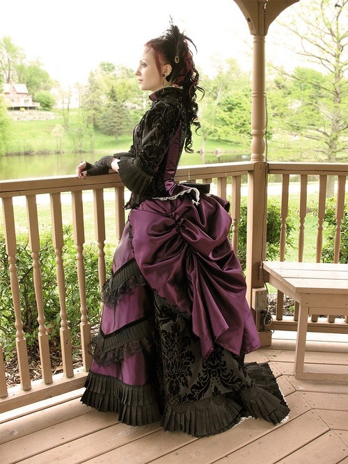 phuirykaaotic:  purple and damask bustle gown, absolutely perfect!