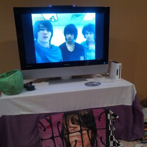 thejonasbrothersphotos:  Watching their very first live chat EVER(Was on September 15, 2007) <3