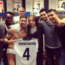 bbbenzema:  WHY IS SERGIO THE ONLY ONE WHO ISN'T WEARING CLOTHES OH MGO D