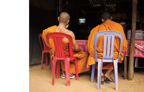 MONKS WATCHING TV / ANGKOR © JPDOMINGUE
