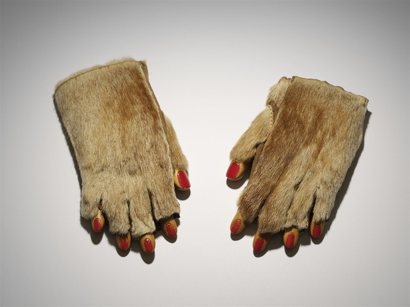 amare-habeo:  Meret Oppenheim (1913–1985) Fur Mitts (Pelzhandschuhe), 1936 Ursula Hauser Collection, Switzerland