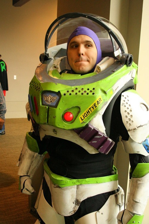 jedibusiness:  cosplay-paradise:  [Found] Amazing Buzz Lightyear cosplay which i thought deserved more attentionhttp://cosplay-paradise.tumblr.com  Paisley…  Seriously someone help me make this! I would never take it off!