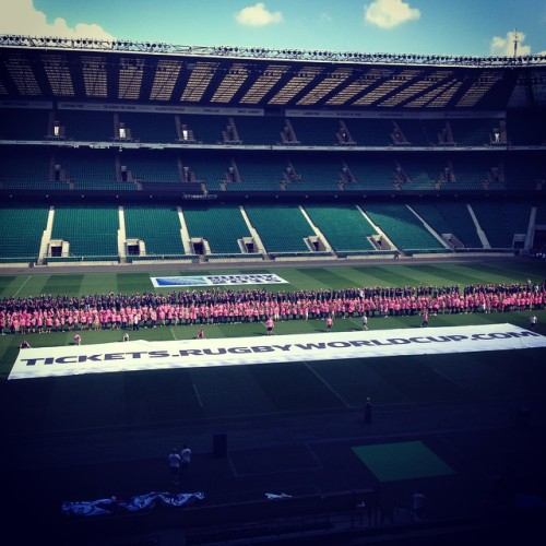 @rugbyworldcup RWC 2015 tickets go on sale with largest rugby scrum record attempt. Record broken with 1,008 participants at Twickenham. #RWC2015 #England2015 #GuinnessRecord #largestscrum #volunteers #Twickenham #rugby (at Twickenham Stadium)