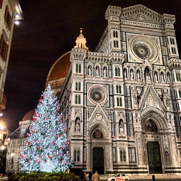 It's Christmas time in Firenze! What a beautiful city to call my hometown #Christmas #Firenze #Duomo #Lights #Moltabella (at Piazza del Duomo)