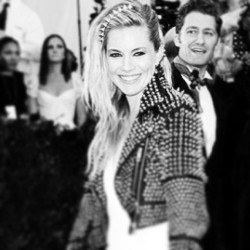#siennamiller wearing @genevieve_jones triple ear cuff on the #metgala #chaostocouture red carpet! #sydneyreisingcreative