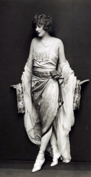 mote-historie:   Helen Lee Worthing - 1927 - Ziegfeld Follies Star - Photo by Edward Thayer Monroe