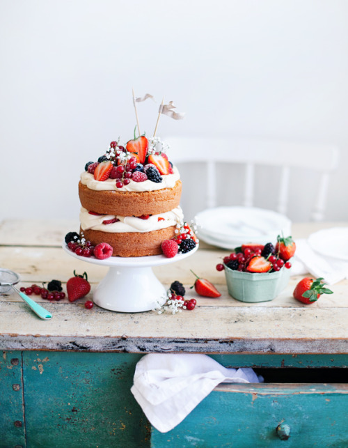 ccc:  Berry mascarpone cake (via Call me cupcake)
