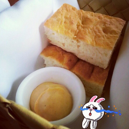 I never finish my meal be cause of this bread and sauce :C #pineappleroom #bread #nom  (at The Pineapple Room by Alan Wong)
