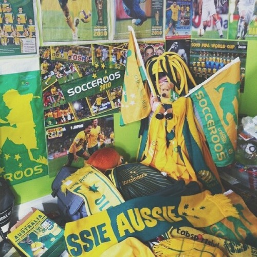 zebraandmeerkat:  ME FOUR YEARS AGO. SO MUCH LOVE FOR THE SOCCEROOS OMFG. JUST UNDER 8 HOURS UNTIL AUSTRALIA VS CHILE SO I'LL SEE YOU AT THE PUB SOON BBYZ XX @socceroos #SOCCEROOS #WORLDCUP