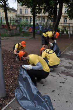 Volunteers of our section of Vienna while cleaning the city. Ours is a complete movement, because our battle is complete, takes place on all fronts. Those who love their people, preserves and protects the land where he lives. And our militant who makes what you see in this picture deserves our respect more than many graduates/professoroni/politicians. The day that being a garbage man native of this land will be more honorable than being a foreigner in the service of globalism.