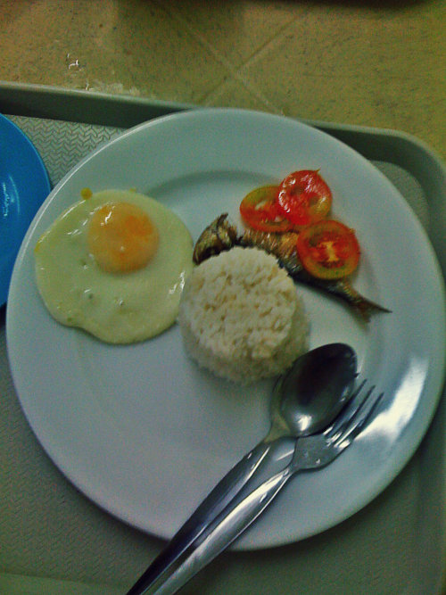 Why breakfast food breakfast food? I always crave for breakfast food even on lunch time or dinner time. Bat walang pancakes sa dinner? Bat walang eggs and hotdogs on lunch? Haha Anyway, di ako masyadong kumakain ng breakfast kaya gusto ko sya kainin anytime of the day sana. I woke up so early in the morning para lang makahabol sa combo na to sa work place ko. Cheap and affodable. Less than Php 20 busog ka na talaga. Isang egg, daing and half sinangag rice. Tanong ko pa rin, why breakfast food only served during breakfast? Hahahaha