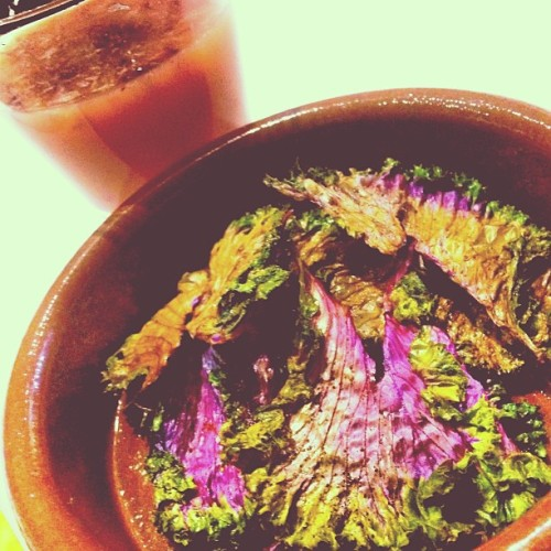 My #yummy homemade  spicy kale chips as pica with my cocktail ! This is soooo good and guilt-free ! #stufficook #foodbyaua #tasty #fooding #foodporn #healthyhabits