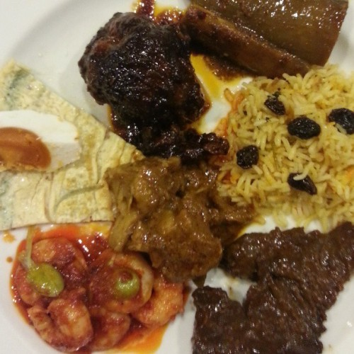 On my plate. Nasi Briyani, Ayam Kicap Madu, Chinese Beef Steak, Sambal Udang Petai, Lamb Chili Masala and Telur Masin. Make sure you're hungry before you go to the Penang Food Festival at Orchid Garden Hotel. #foodieatwork #foodporn #giweats #bruneifoodies #lovefoodhatewaste #foodpromo  (at Orchid Garden Hotel)