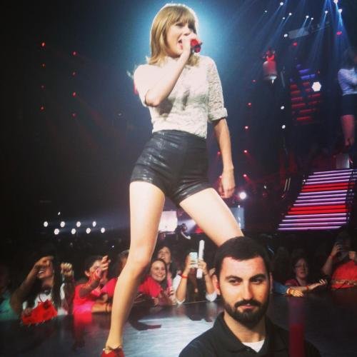 iloveyouthisisarobbery:  i was literally this close to taylor swift this weekend.  yes, she touched my hand.  yes, my guitar playing just got 100 times more country/pop/dubstep.  yer gonna like it.  Spoonboy is the man part 2