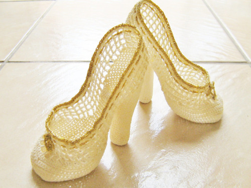 touchecrochet:  ready for the ball crochet shoes