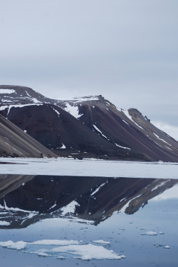 h4ilstorm:  Mountain mirror, Svalbard (by Michele Bussoni2010)