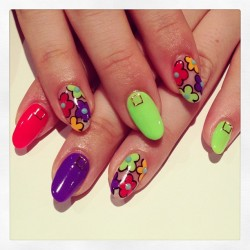 nailsalonavarice:  Neon flower nails #avarice #art #kayo #nails #nailart #nailsalon #design #neon #flower (NailSalon AVARICE)
