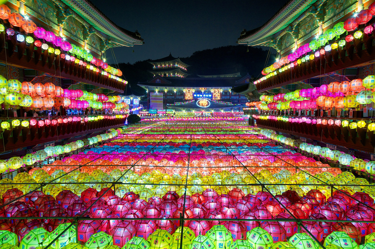 It's like the Grand Canyon of Lotus Lanterns at Busan's Samgwangsa Temple.