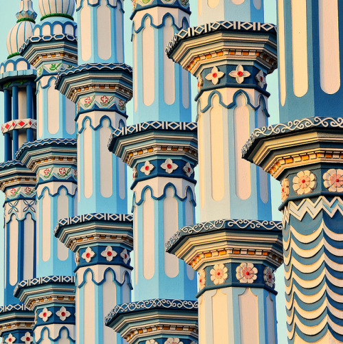 letsbuildahome-fr:  Side by side minarets in Bodh Gaya, India (by baxsyl).
