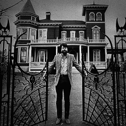 STEPHEN KING AT HIS HOME IN MAINE CIRCA 1982.