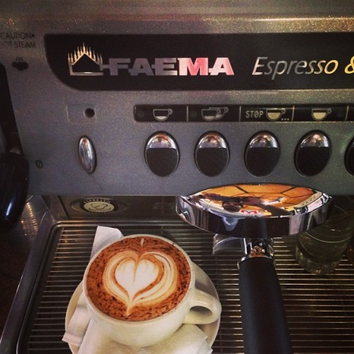 Me hacía falta la Faema. #faema #italiano #espresso #latte #doble #corazon #heart #espressomachine #machine #blue #babyblue #plazacolon #friendscafe  (at Friend's Cafe)