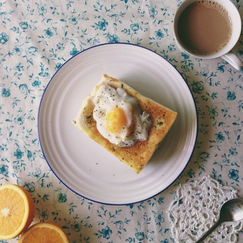 "yummyinmytumbly:  ""Half-boiled on top olive thyme toasts. My breakfast earlier"" (by sweethue)"