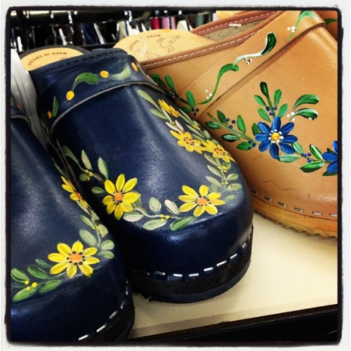 Happy Monday! Cute clogs! Live from Thrift Town Sacramento.  #thrift #thrifty #thrifttown #clogs #sacramento #vintage #shoes #lovetothrift #upcycle #upcycledfashion #reuse #resale #recycle #recycledfashion #fashion #usedclothing #secondhand