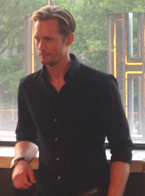 askarslibrary:  Alexander Skarsgard looking good at The East screening in NYC  -BennettHMarcus twitter  omg. he's in nyc. and I'M in nyc. WE'RE IN NYCCCCCCCCCCCC ALEX COME FIND MEEEEEE
